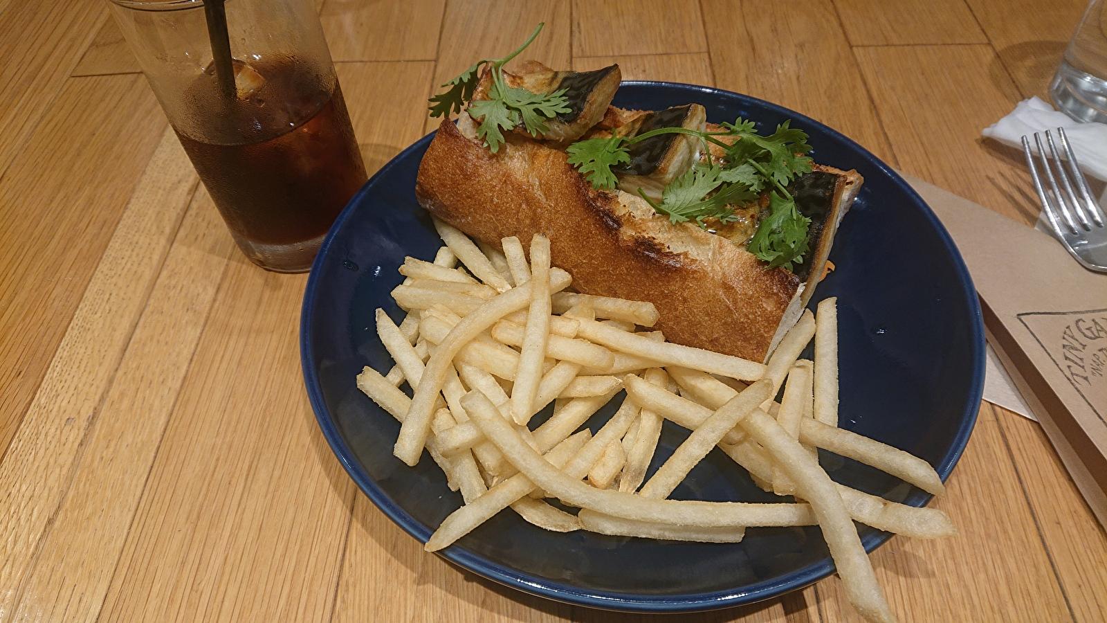 サンドウィッチとフライドポテト